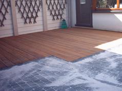 Eine Alternative zu Stein oder in Kombination mit Stein, bietet Holz einen sehr angenehm warmen Akzent.