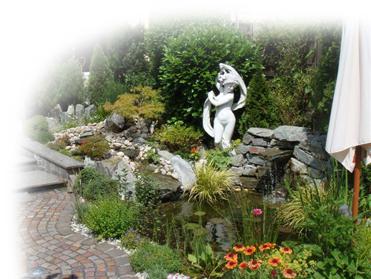 Fertige Teichanlage mit Bachlauf und Wasserfall